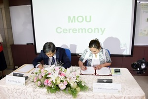 President Kuo of NCCU and Prisedent Dugyon of IFSU signing MoU of two universities