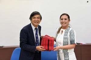Gift Exchange of NCCU & IFSU: IFSU give Ifugao weaving cloth as a gift to NCCU