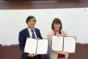 President Kuo of NCCU and Prof. Stark of UHM presenting the MoU of the two universities