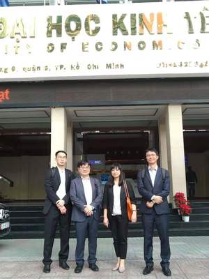 Photo taken on 6th at the front gate of University of Economics Ho Chi Ming City (UEH). (From Left to Right in Sequence) Dr. Shih-Yi Chien, Dr. Robin K. Chou, Dr. Yu-Chien Chang, Dr. Hong-Yi Chen(Photo:College of Commerce)
