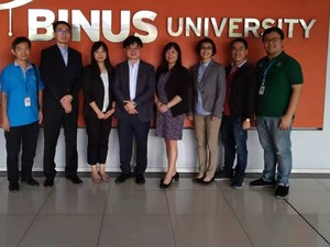 Photo taken at BINUS University on 9th after Admission Info Session. (From Left to Right in Sequence) Dr. Robin K. Chou (center), Dr. Shih-Yi Chien (second left), Dr. Yu-chien Chang (third left), Dr. Xiao-wen Yang (center-right), Dr. Meng-Lan Yueh (third right)(Photo:College of Commerce)