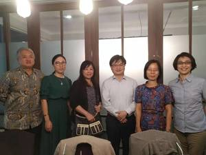Photo taken with Director Ou and Secretary Shih of Education Division at Indonesian Economic and Trade Office to Taipei on 9th January(Photo:College of Commerce)