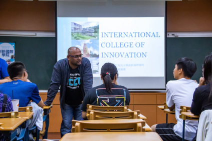 Indian Associate Professor at the International College of Innovation exchanges opinions with high school students. (Photo: Wen-Lin Liu, Campus Reporter)(Open new window)