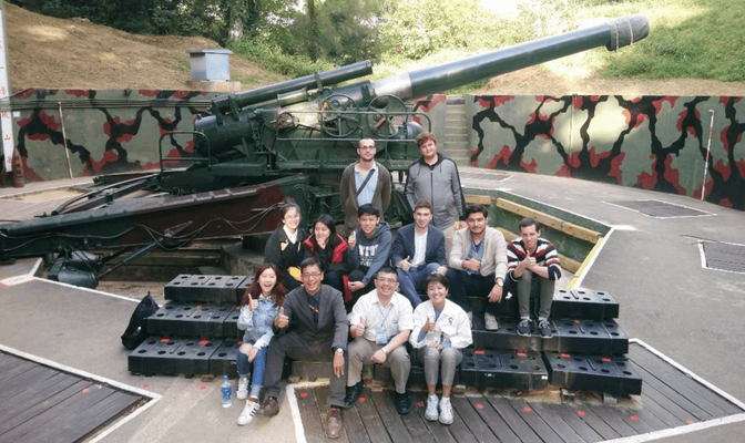 All participants in front of 240 mm gun